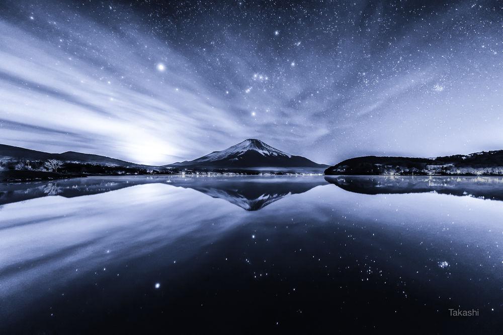 Обои для рабочего стола Гора Fuji / Фуджи в спокойную зимнюю ночь. Фотограф Takashi