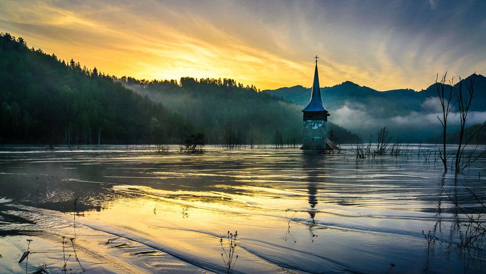 Обои для рабочего стола Верхушка церкви торчит из воды, затопленная деревня Джамана, Румыния / Jamana, Romania