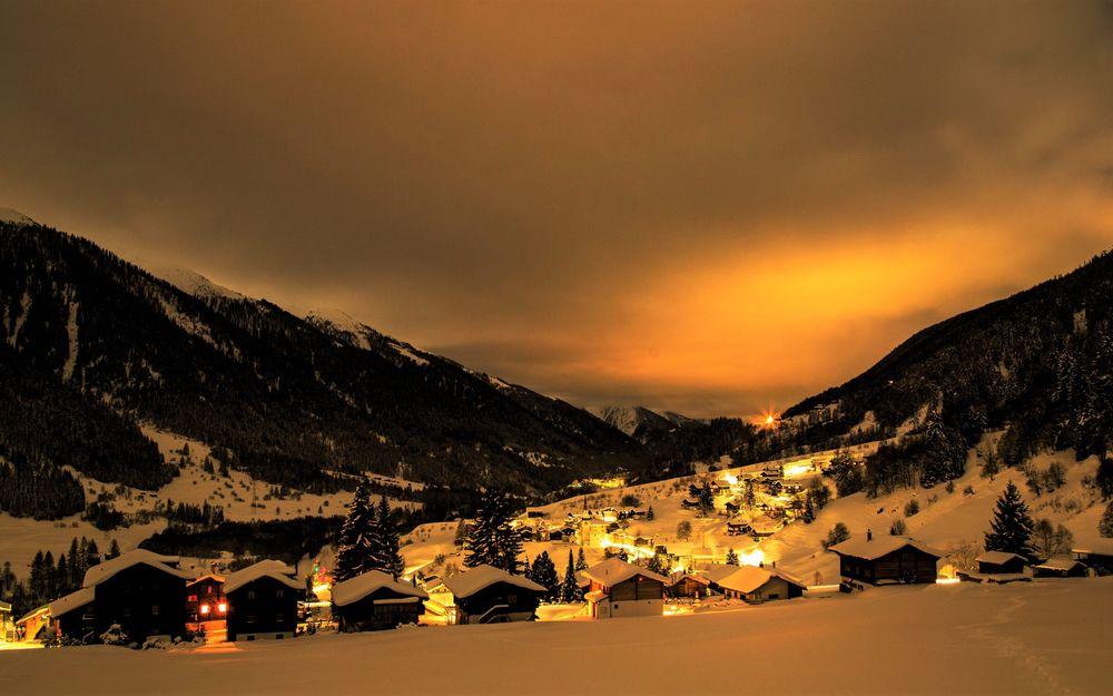 Обои для рабочего стола Зимняя ночь в небольшом городке в горах Швейцарии