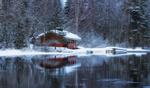 Обои Заснеженный домик у озера, фотограф Anssi Carroll