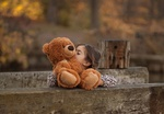 Обои Девочка целует игрушечного мишку, фотограф Salih GОKDUMAN