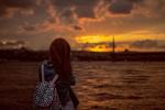 Обои Девушка любуется закатом, фотограф Salih GОKDUMAN