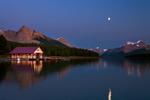 Обои Лодочный домик у Maligne lake, Canada / озеро Малигне лунной ночью, by Kevin McNeal