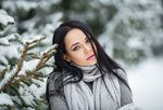 Обои Модель Ангелина Петрова стоит у зимнего дерева, фотограф Denis Petrov