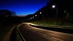 Обои Ночная трасса вдоль деревьев, освещаемая фонарями