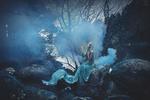 Обои Девушка сидит в голубом дыму, фотограф Rebeca Saray