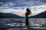 Обои Девушка стоит в воде, фотограф Vanessa Paxton