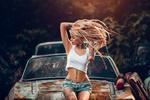 Обои Модель Lais Arena с татуировками на теле сидит на капоте старого авто