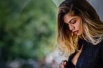Обои Модель Alessandra Sironi с опущенной головой, фотограф JL Ronin