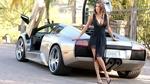 Обои Модель Tiffany Taylor / Тиффани Тэйлор в черном платье стоит у Lamborghini Murcielago / Ламборджини Мурселаго на фоне природы