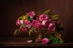 Обои Натюрморт цветочной композиции в вазе и на столе
