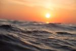 Обои Вид с поверхности воды на закат