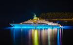 Обои Яхта с подсветкой плывет в ночи