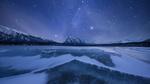 Обои Замерзшее озеро в окружении леса и гор