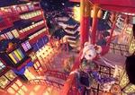 Обои Голубоглазая девочка в кимоно с белым демоном-лисом стоит на балконе, глядя на улицу ночного города