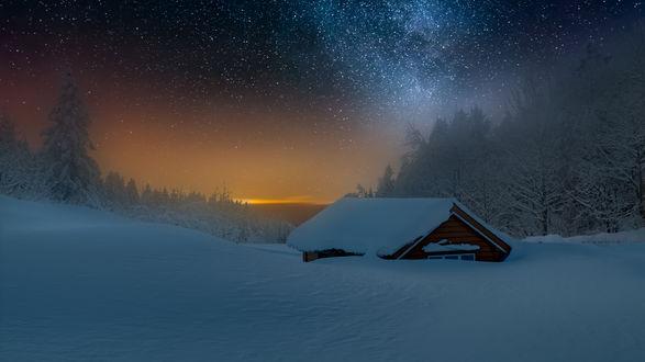 Обои для рабочего стола Заметенный снегом дом в окружении леса, фотограф Tore H (© JeremeVoods),Добавлено: 09.02.2018 00:48:04
