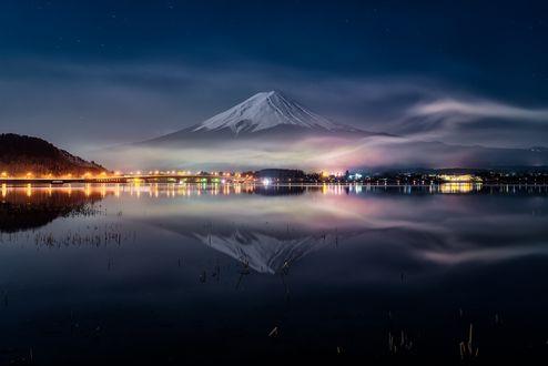 Обои для рабочего стола Ночной вид с воды на гору Fuji, Japan / Фудзияма, Япония, фотограф Yuga Kurita (© ASSUR),Добавлено: 13.02.2018 08:30:56