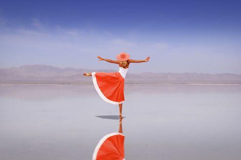 Девушка стоящая на одной ноге