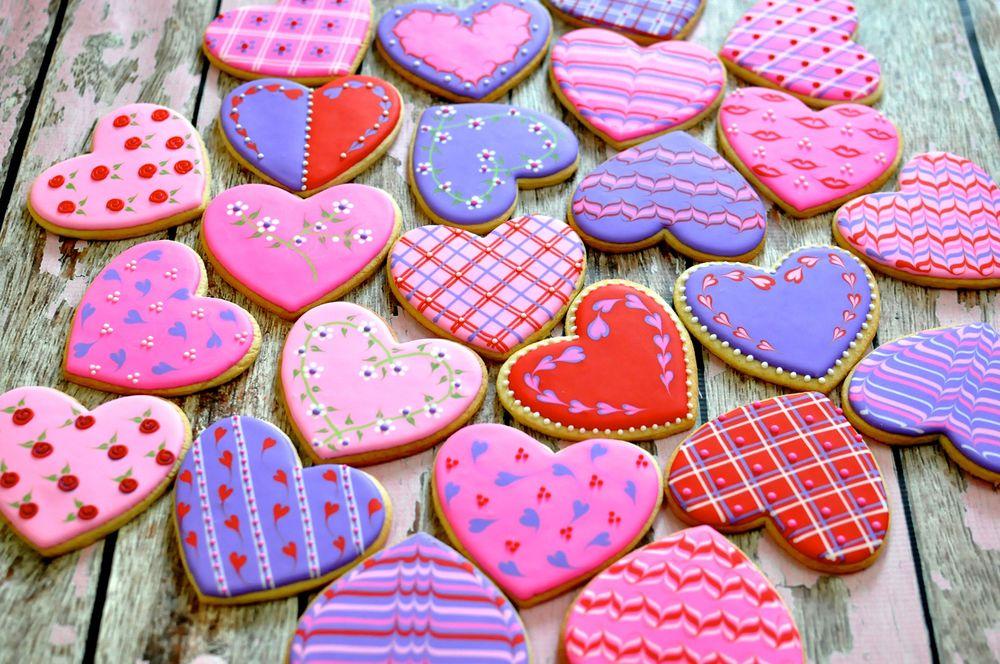 Обои для рабочего стола Глазированные печеньки в форме сердца на деревянной поверхности, Valentins day (Валентинов день)