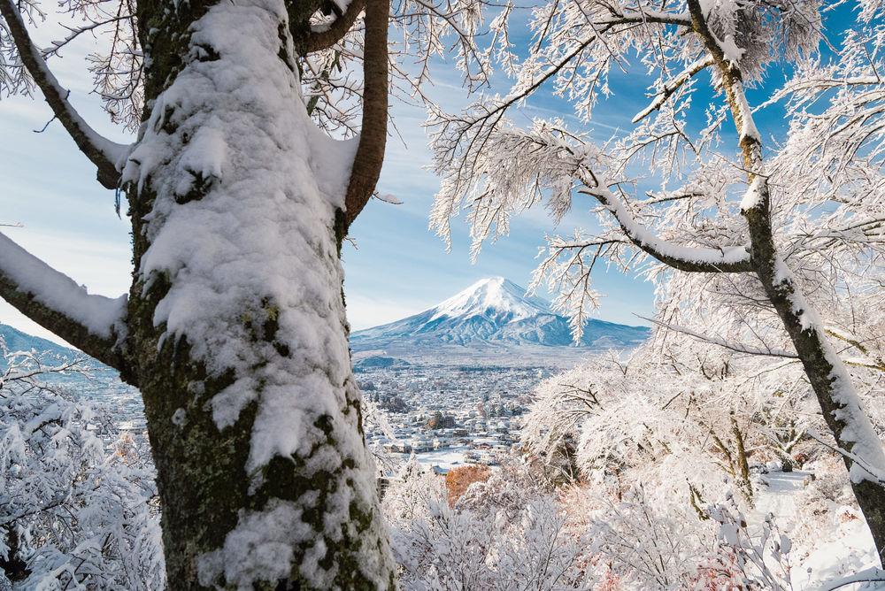 Обои для рабочего стола Гора Fuji / Фудзи возвышается над снежным городом Fujiyoshida Yamanashi Prefecture, Japan / Фуцзесида-Яманаси, Япония, фотограф Yuga Kurita