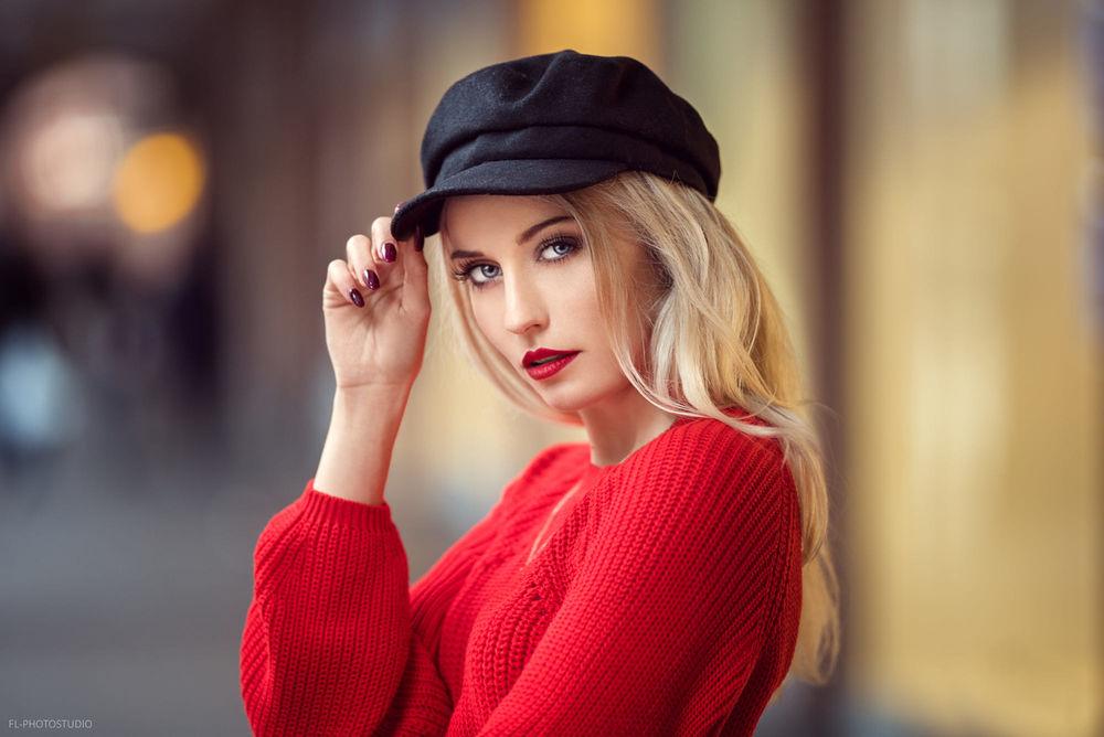 Обои для рабочего стола Девушка-блондинка в кепке, в красном свитере, фотограф Lods Franck
