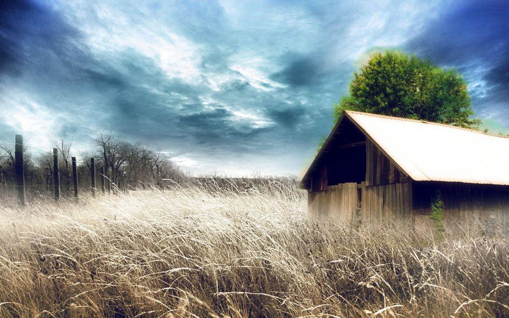 Обои для рабочего стола Дом в поле под облачным небом, by webby85