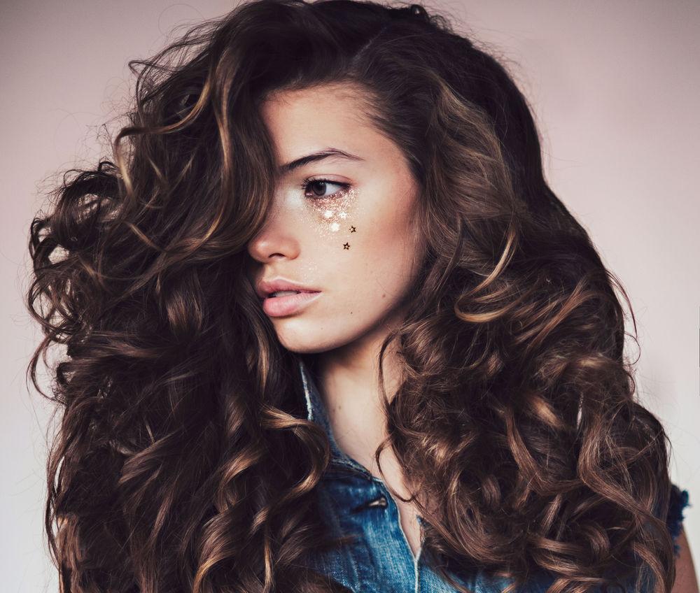 Красивые девушки с кудрявыми волосами длинными волосами