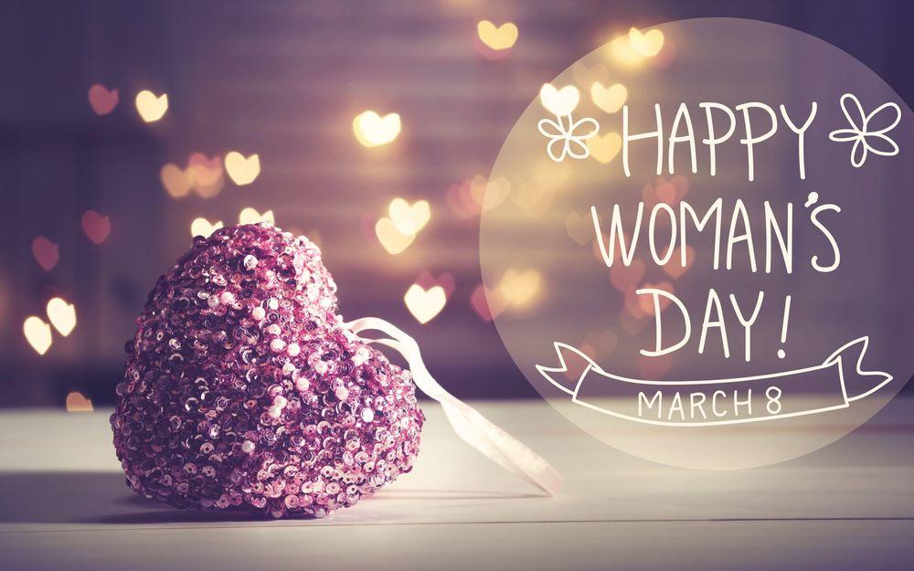Обои для рабочего стола Сердечко лежит рядом с фразой 8 march, Happy Womans day / 8 марта, Международный женский день на фоне бликов
