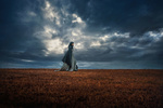 Обои Девушка в одежде, с покрытой головой, стоит на фоне облачного неба, фотограф TJ Drysdale