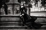 Обои Модель Кара в длинном развевающемся платье стоит у городского фонтана, фотограф Miki Macovei