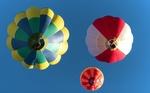 Обои Три воздушных шара в голубом небе