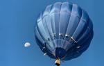 Обои Воздушный шар в голубом небе с луной