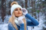 Обои Симпатичная блондинка в шапочке и перчатках под падающим снегом, фотограф Alexander Taranukhin