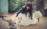 Обои Улыбающаяся девушка с букетом цветов гладит кошку