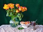 Обои Чай в хрустальном стакане, шоколадные конфеты в вазочке и букет роз в стеклянной вазе на кружевной салфетке