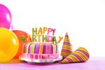 Обои Праздничный торт с буквами happy birthday / с Днем рождения, воздушные шарики и полосатые колпачки на белом фоне