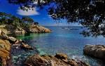 Обои Море с прозрачной чистой водой на фоне синего неба