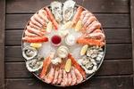 Обои Японская кухня: большое блюдо со льдом с креветками, устрицами и дольками лимона с соусами