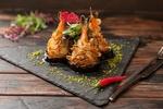 Обои Японская кухня: креветки в кляре, острый перчик и нож с вилкой