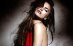 Обои Модель Irina Shayk / Ирина Шейк, прикрытая красной тканью, позирует, стоя у стены