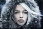 Обои Портрет девушки в капюшоне с мехом под падающим снегом, фотограф Joachim Bergauer