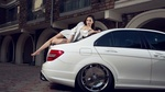 Обои Стройная, симпатичная девушка - азиатка позирует, лежа на авто, на фоне здания