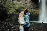Обои Влюбленные стоят на фоне водопада