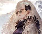 Обои Белокурая и желтоглазая девушка в темных очках с филином смотрит вдаль