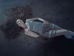 Обои Девушка лежит на земле, фотограф Rafa Sаnchez