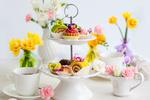 Обои Сервировка к чаепитию с цветами и сладостями на подставке