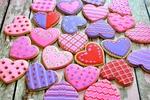 Обои Глазированные печеньки в форме сердца на деревянной поверхности, Valentins day (Валентинов день)