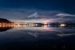 Обои Ночной вид с воды на гору Fuji, Japan / Фудзияма, Япония, фотограф Yuga Kurita