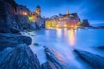 Обои Италия, Лигурия, Лигурийское море, Вернацца, Церковь Святой Маргариты / Italy, Liguria, Vernazza, Ligurian Sea, Cinque Terre вечером