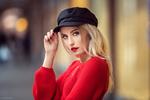 Обои Девушка-блондинка Kim / Ким в кепке, в красном свитере, фотограф Lods Franck